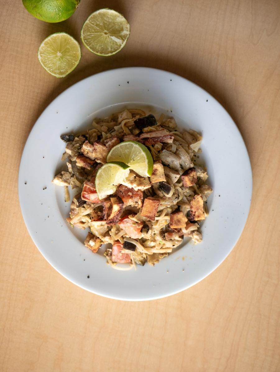 Vegan als Student: Cremige Reisnudel Gemüsepfanne mit Tahin und Avocado
